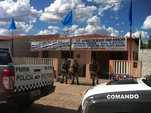 Viaturas da PM também foram averiguar denúncia de crime eleitoral em comitê (Foto: Fernanda Zauli/G1)