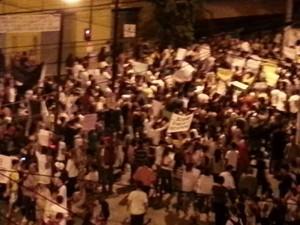 Manifestantes vão as ruas de Divinópolis (Foto: Anna Lúcia Silva/G1)