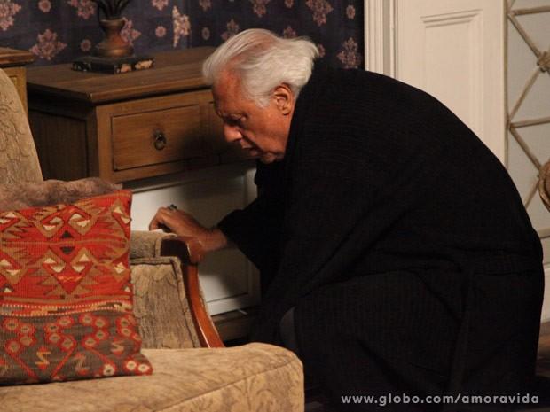 César tenta mexer no cofre sozinho (Foto: Pedro Curi/ TV Globo)