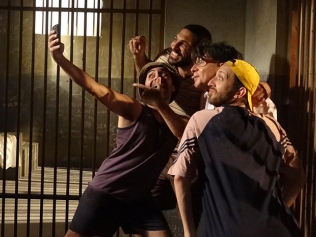 Téo faz 'selfies' com os presos (Foto: Paula Paiva / Gshow)