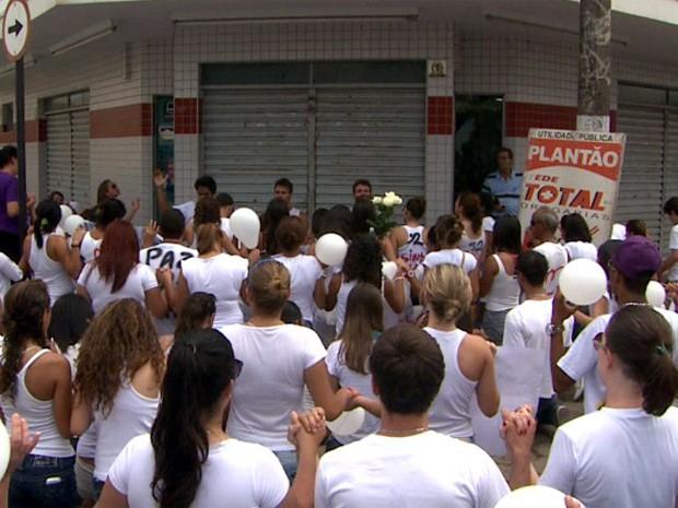 Amigos e familiares rezaram em frente à farmácia onde a jovem foi morta em Monte Alto (Foto: Paulo Souza / EPTV)