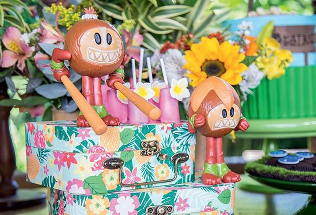 Os vilões coquinhos sobre malas de estampa floral (Foto: Thais Galardi/GNT)