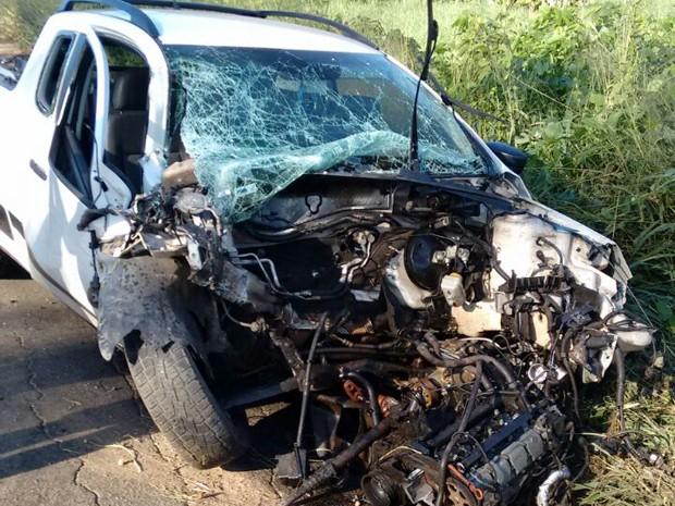 Picape envolvida no acidente ficou totalmente destruída (Foto: Simplício Júnior/TV Clube)