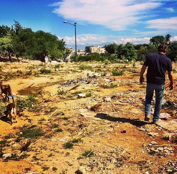 Sean Penn andando em meio a escombros no Haiti (Foto: Instagram / Reprodução)