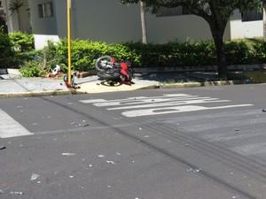 Acidente aconteceu em trecho próximo à Câmara Municipal (Foto: Jorge Zanoni/Cedida)