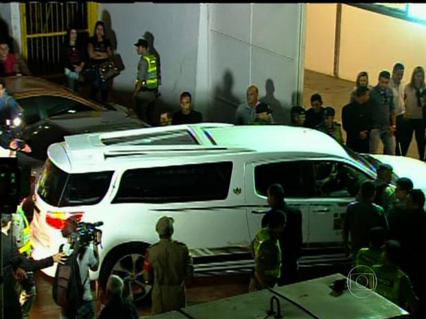 Corpos chegam ao Centro Cultual Orcar Niemeyer para velório em Goiânia Goiás (Foto: Reprodução/TV Anhanguera)