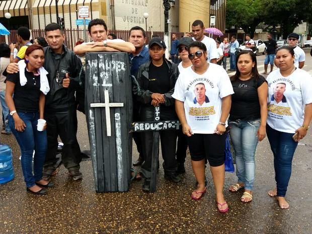 Vigilantes, caixa escolar, atraso de pagamento, pagamento, salário, Amapá, Macapá, protesto, cruzes, caixão, (Foto: John Pacheco/G1)