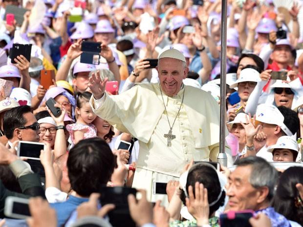 O Papa Francisco saúda a multidão ao chegar ao portão de Gwanghwamun, em Seul (Foto: Reuters/Jung Yeon-je/Pool)