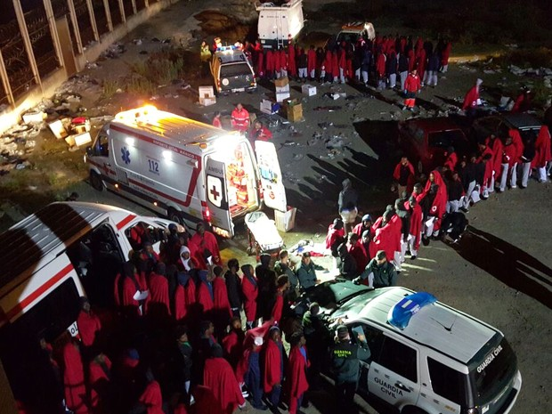 Cerca de 200 migrantes tentaram ir a nado do norte da África até a Espanha (Foto: Cruz Roja in Ceuta via AP)