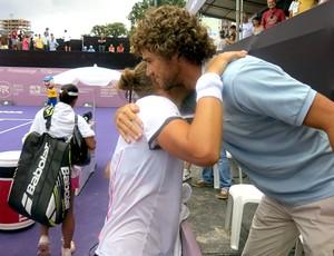 Beatriz Haddad com Guga na partida do WTA do Brasil de tênis (Foto: Matheus Tibúrcio)