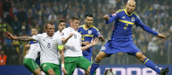 Edin Cocalic, James McCarthy e Glenn Whelan Irlanda x Bósnia (Foto: Reuters)