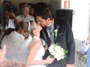 Casal se beija depois do casamento no hospital (Foto: Marcos Lavezo/G1)