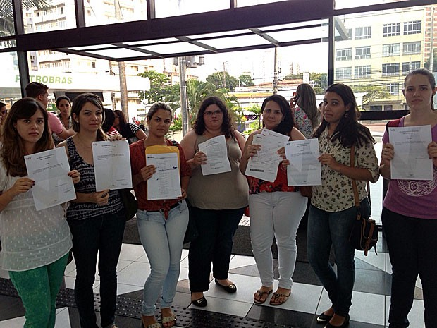 Formandas de veterinária da UFRPE vão à Delegacia do Consumidor prestar queixa (Foto: Débora Soares / G1)