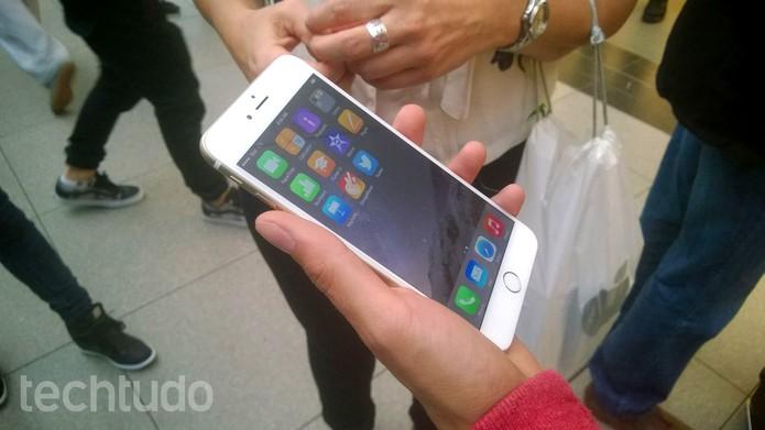 iPhone 6 Plus já pode ser comprado por usuários de alguns países. Veja os detalhes da loja Apple do Canadá (Foto: Elson de Souza/TechTudo)