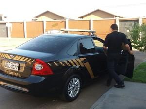 Secretário é levado para sede da Polícia da Federal (Foto: Maykon Paiva/TV Anhanguera)