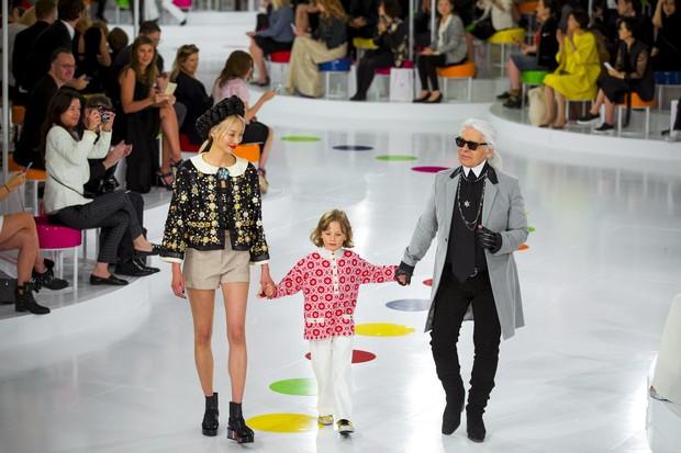 Karl Lagerfeld na passarela do desfile da Chanel, na Coreia  (Foto: Reuters)