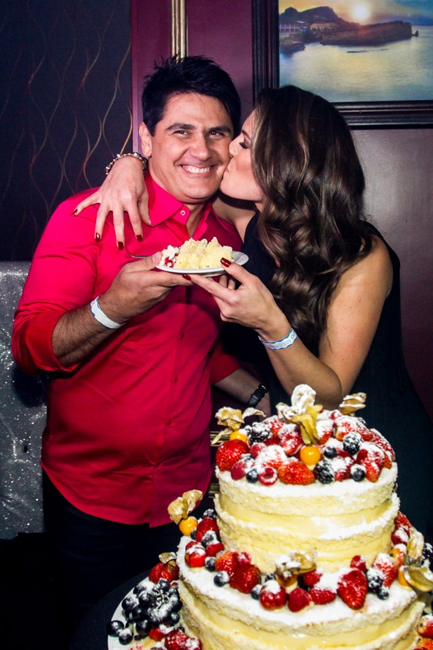 Cesar Filho ganhou o primeiro pedaço do bolo de Elaine Mickely (Foto: Manuela Scarpa e Marcos Ribas/Photorionews)