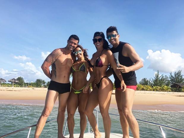 Fernanda D'avila com o marido, Marcos Jr, e um casal de amigos (Foto: Arquivo pessoal)