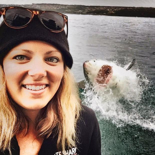 Amanda Brewer fez selfie incrível com grande tubarão branco em posição de ataque ao fundo (Foto: Reprodução/Facebook/Amanda Brewer)