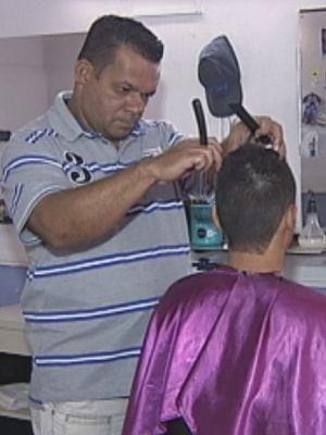 Claudemir trabalha em um salão na Batista (Foto: Reprodução / TV TEM)