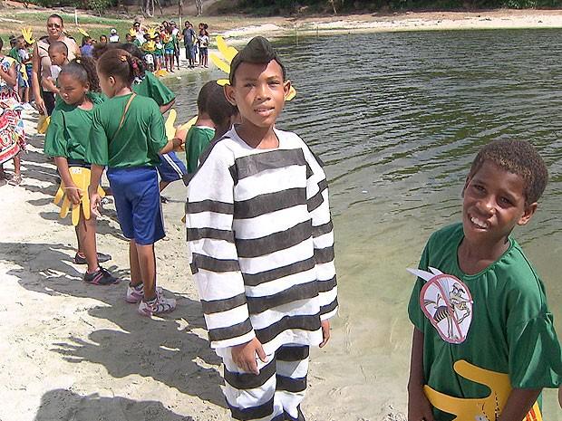 Abraço simbólico na Lagoa do Abaeté, na Bahia (Foto: Reprodução TV Bahia)