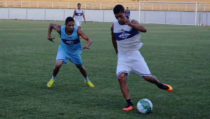 Fellype, lateral-direito Atlético-AC, e Eduardo, atacante (Foto: Duaine Rodrigues)