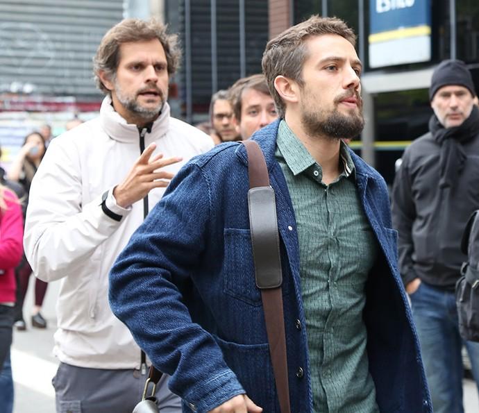 Rafael Cardoso recebe orientações do diretor Leonardo Nogueira durante as gravações (Foto: Carol Caminha/Gshow)