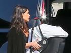 Kim Kardashian embarca em jatinho com os filhos e cercada de assistentes