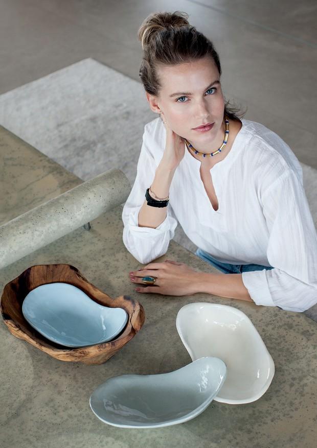 Johanna em sua casa, em São Paulo, entre peças da ceramista Maria Amélia Vieira, produzidas à beira do rio São Francisco (Foto: Deco Cury)