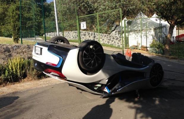 Jornalista capota BMW i8 em test-drive (Foto: Reprodução)