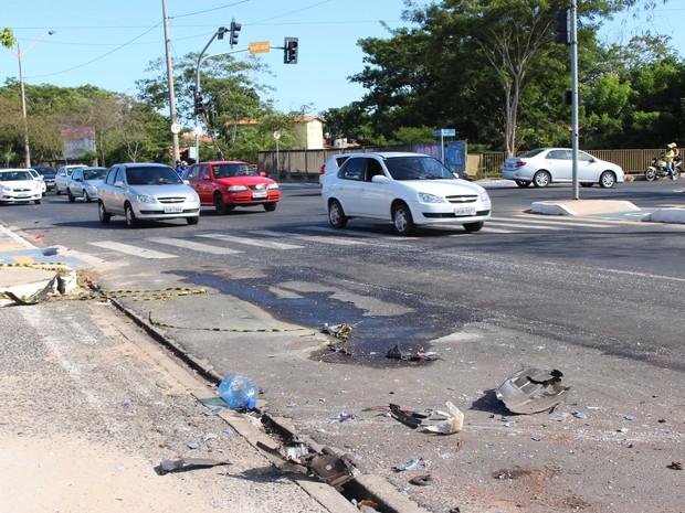 No local do acidente, ainda é possível encontrar pedaços do carro  (Foto: Beto Marques/G1)