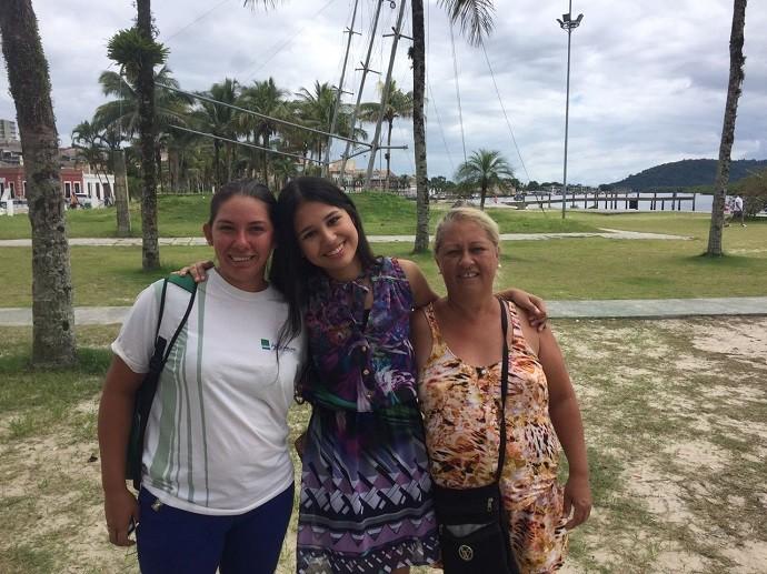 Famosa: a participante do reality posou para várias fotos ao lado de fãs (Foto: Divulgação/RPC)
