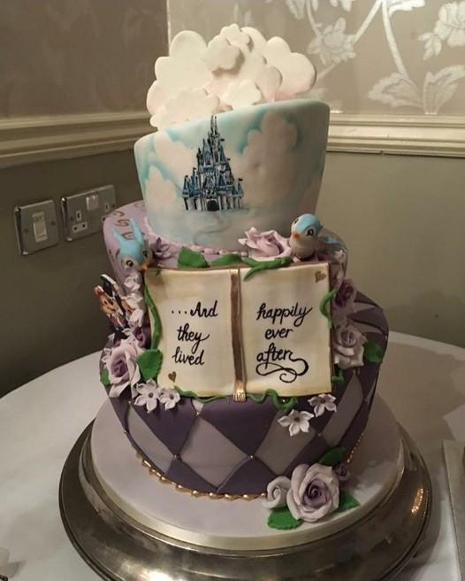 """""""E eles viveram felizes para sempre"""". Foto do bolo compartilhada por 'heather22hatton' (Foto: Instagram)"""