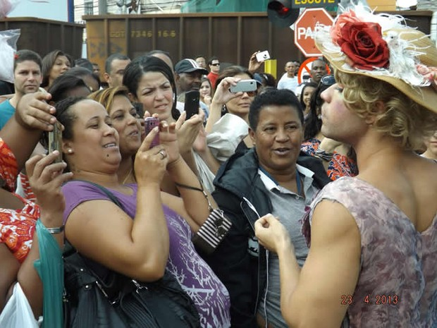 """Rodrigo Sant'anna interage com o público no intervalo das filmagens do filme """"O casamento de Gorete"""" (Foto: Roberto Monzo/Polo Audiovisual de Barra do Piraí)"""