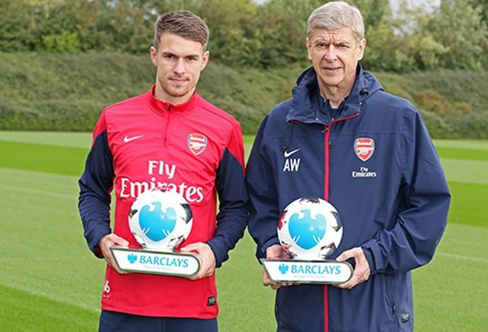 arsene Wenger e Ramsey premiação premier league (Foto: Divulgação / Site Oficial da Premier League)