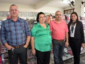 Reginaldo ao lado de Elza, o filho Rene e a gerente de vendas Neimar em Juruaia (Foto: Samantha Silva / G1)