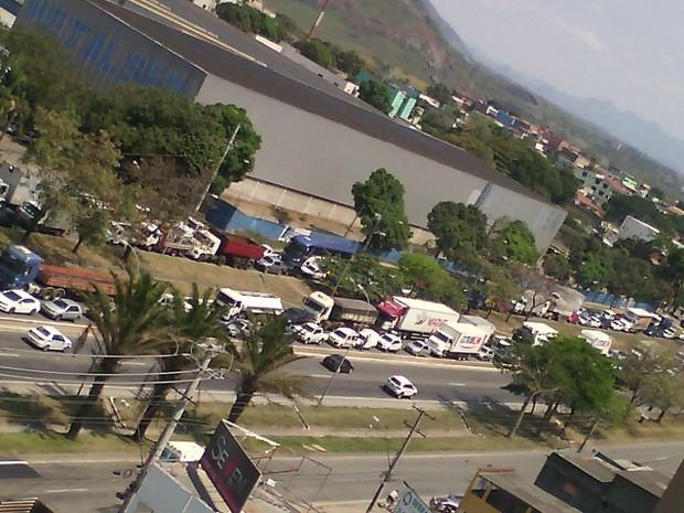 Congestionamento se formou na BR-101  (Foto: VC no ESTV/ TV Gazeta)