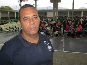 Levy é aluno do EJA e ficou emocionado com os depoimentos  (Foto: Orion Pires/G1 Santos)