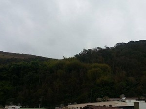 Céu nublado e frio em Juiz de Fora (Foto: Nathalie Guimarães/G1)