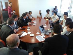 Reunião entre estudantes, MP-ES, TRE-ES e Defensoria Pública (Foto: Diony Silva/ CBN Vitória)