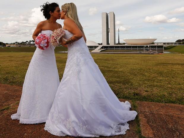 Casamento coletivo na parada gay de Brasília (Foto: Dida Sampaio/Estadão Conteúdo)