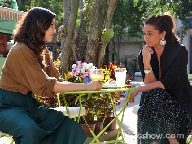 Marina convida Clara para voltar a trabalhar em seu estúdio (Foto: Carol Caminha/ TV Globo)