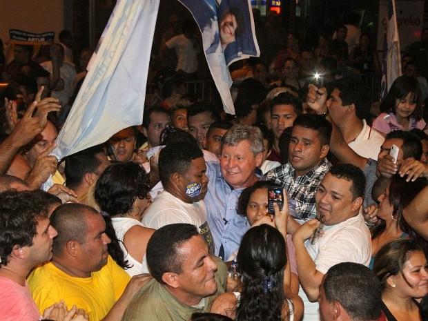 Artur comemora com eleitores e correligionários na sede do TRE-AM (Foto: Frank Cunha/G1 AM)