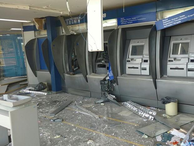 Interior de agência do Banco de Brasília que teve caixas eletrônicos explodidos por ladrões (Foto: André Lima/TV Globo)