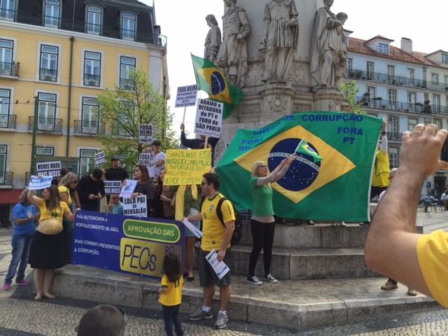 Manifestantes reúnem-se no centro de Lisboa em protesto contra o governo, neste domingo (12) (Foto: André Luiz Azevedo/TV Globo)