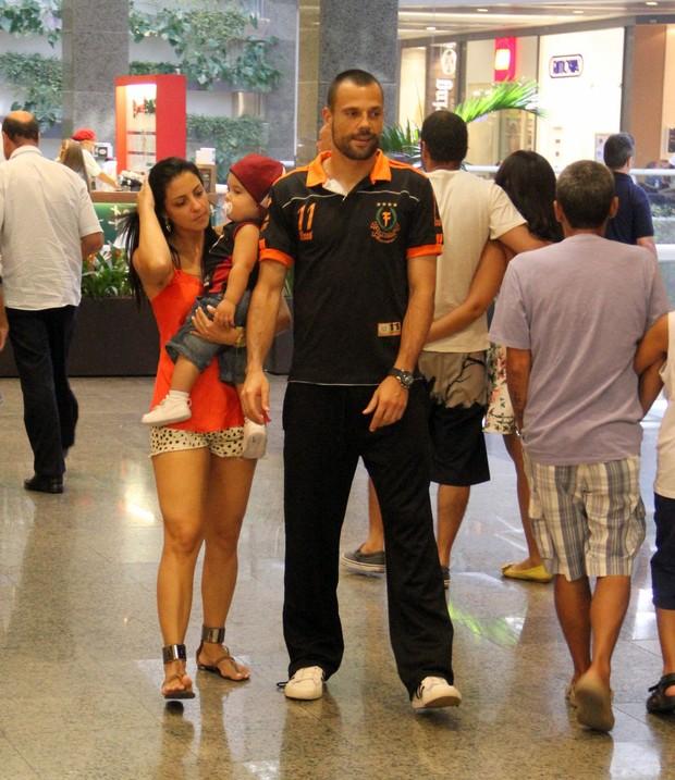 Diego Cavalieri passeio com a familia no shopping no RJ (Foto: Marcus Pavão/AgNews)