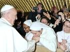 Freira de São José recebe bênção e beija mão do Papa Francisco
