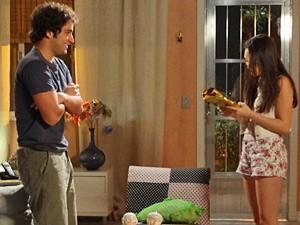 Gata fica maravilhada com o mimo (Foto: Cheias de Charme/ TV Globo)