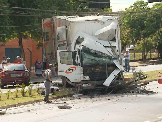 Caminhão atingiu um poste no canteiro central da avenida de Americana (Foto: Reprodução EPTV)