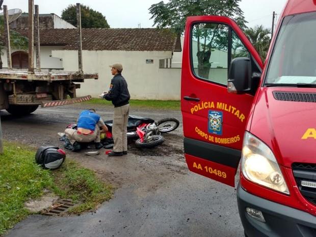d4ee3595c Acidente entre moto e caminhão aconteceu em esquina do Bairro São Joaquim,  na manhã deste